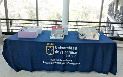 Exposición de Maquetas a escala de un box maternal en Atención Secundaria y APS, desarrolladas por Internas de Obstetricia en su Práctica profesional e Gestión y Liderazgo