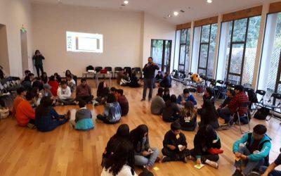 """Profesor Francisco Pantoja imparte un taller de educación sexual dirigido a los adolescentes de """"Escuela de Líderes"""" de la OPD de San Felipe."""